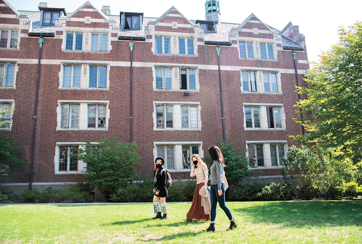 Masked students walk across Wellesley campus