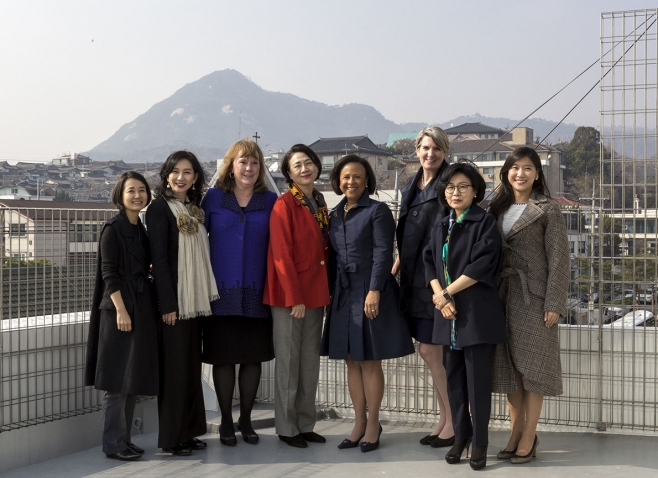 A photo of five Wellesley alumnae posing with President Paula Johnson and two College staff members in Seoul.
